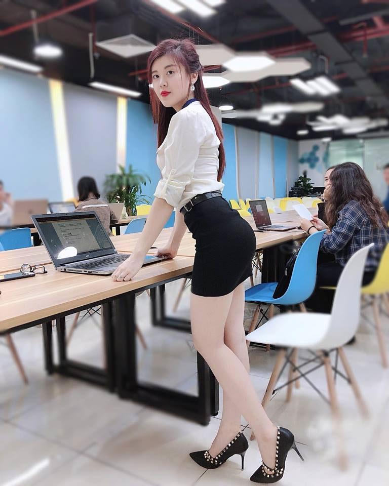 gái xinh tập gym văn phòng